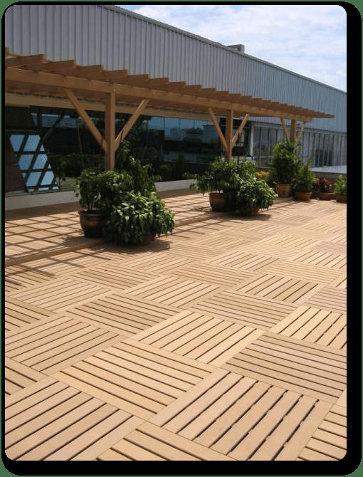 Baldosa autoinstalable de madera sint tica para jard n - Suelos de exterior para jardin ...