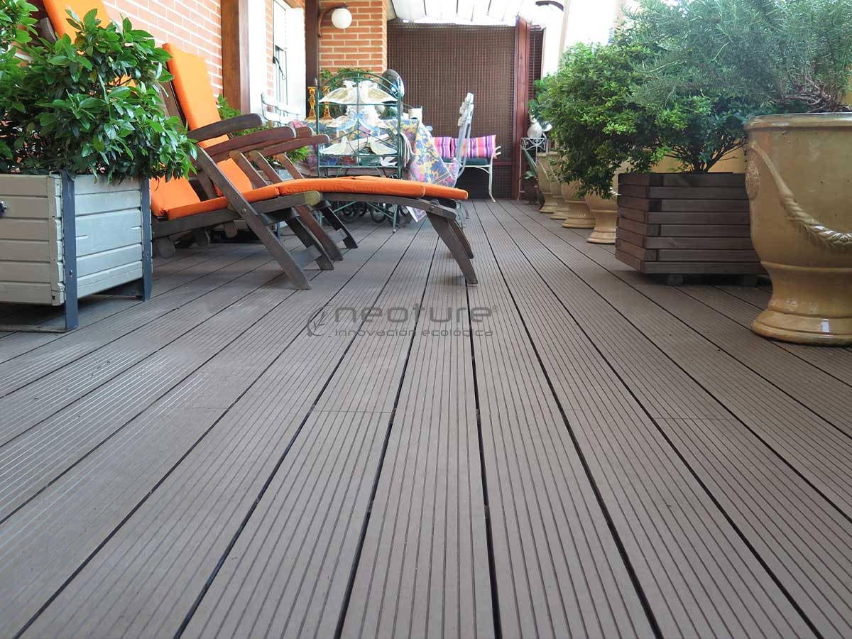 Tarima para exterior neomeck for Suelos para jardines fotos