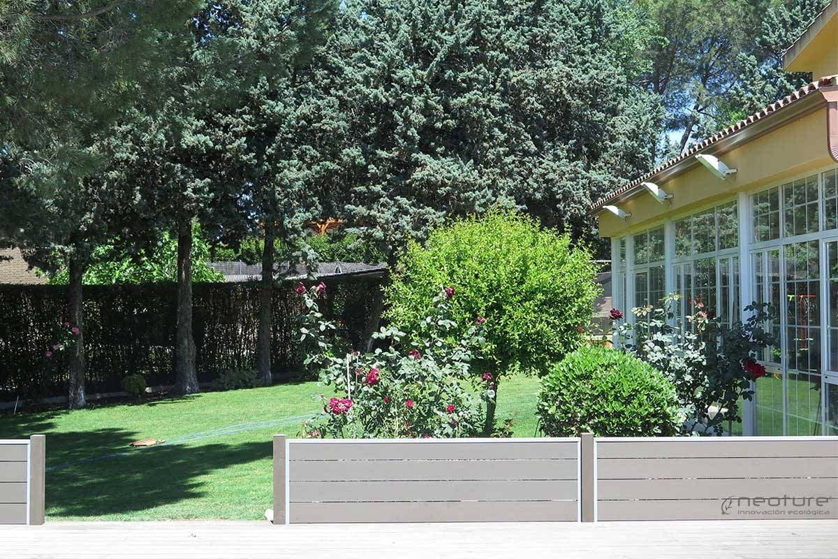 Cerramiento madera sintetica neoblock - Suelos jardin exterior ...
