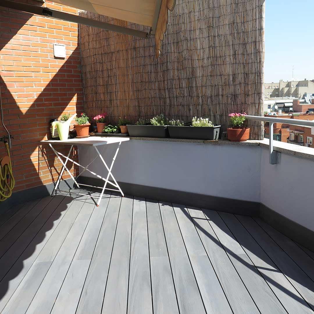 Un suelo de madera para exterior con tarima composite for Poner suelo terraza exterior