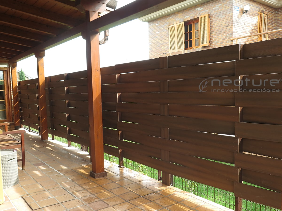 Cerramiento madera sintetica neoblock for Jardin con madera